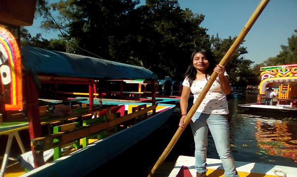 Reman a brazo de mujer trajineras de Xochimilco